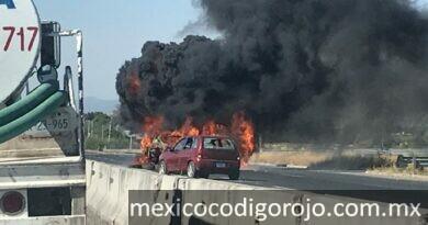 Un vehículo incendiando en Celaya
