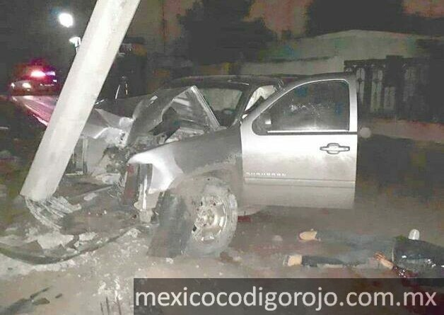 Contra un poste terminó chocada la camioneta en su loca carrera cuando intentaba huir y a un costado quedó abatido el conductor.Foto Cortesía RCR